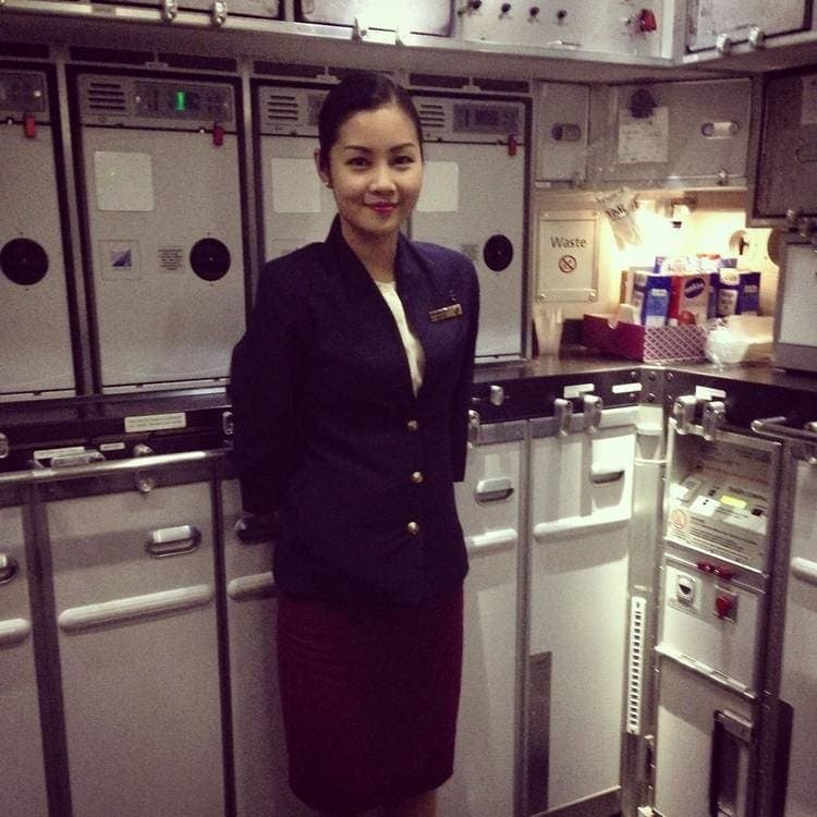 qatar airways service uniform